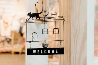 welcome sign with cat